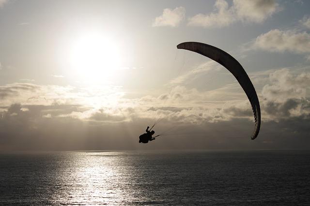 paragliding nad mořem.jpg
