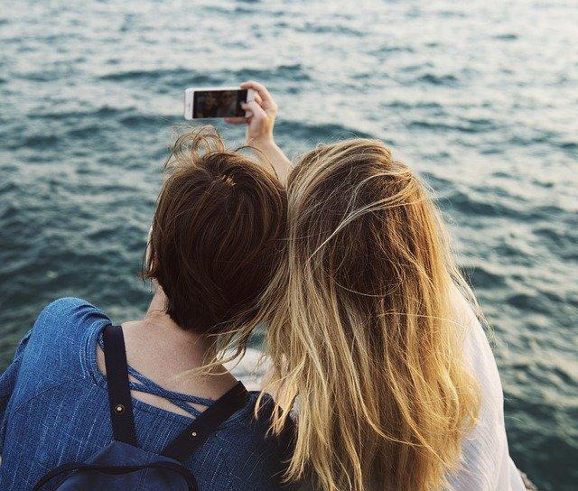dva lidé si fotí selfie