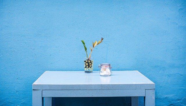 modrá stěna, modrý stůl