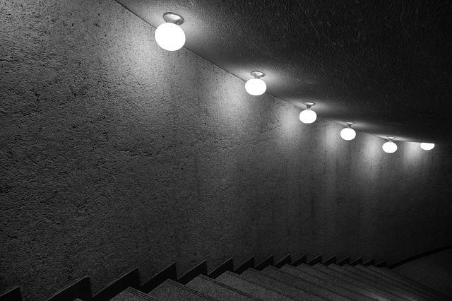 kulatá světla nad schodištěm