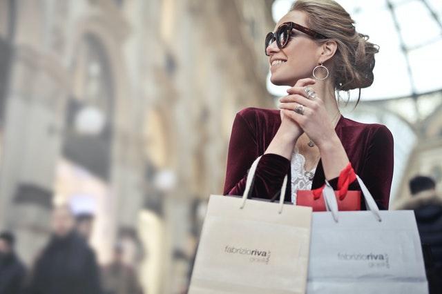 žena s papírovými nákupními taškami