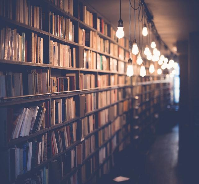 osvětlené police s knihami